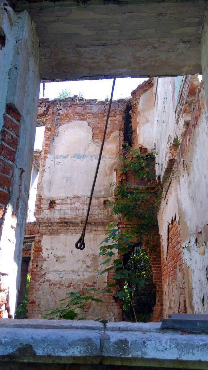 Элемент каркаса, металлический прут либо полоса с двумя ушками, которыми крепится с ответным прутом, где одно ушко. Проходит внутри стен и работает на растяжение.