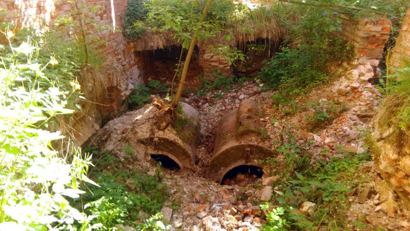 Какие-то железные резервуары. Точно не понял, что это и какого времени, но видимо, связано с отоплением.