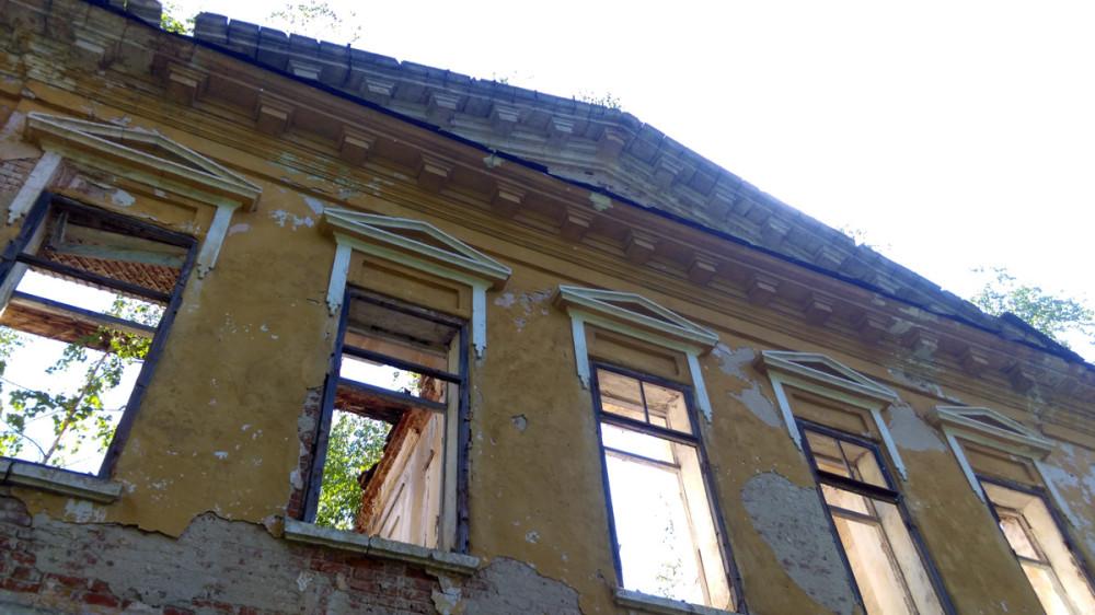 Хорошо сохранились треугольные сандрики над окнами второго этажа.
