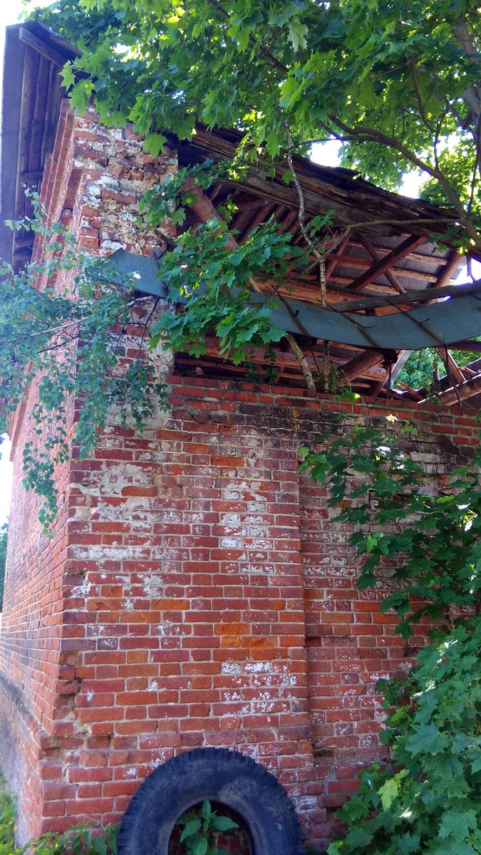 Амбар. У него частично сохранилась крыша.