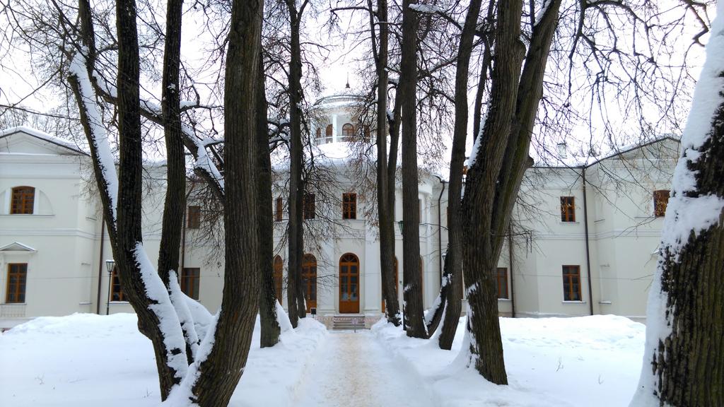 Липовая аллея. Вид на главный дом.