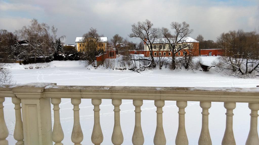 Красно-белое двухэтажное здание бывшая школа князей Вяземских. Ныне частный дом.