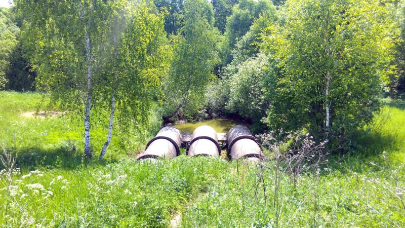 Дамба земляная. В советское время ее укрепили и уложили водосброс из бетонных колец большого диаметра, а так же систему труб для орошения полей.