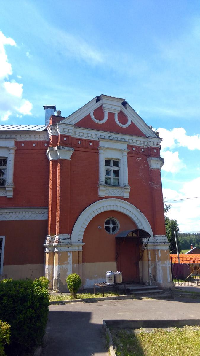 Правое крыло-флигель с северной стороны главного дома. Перед входом в бидонах обед.