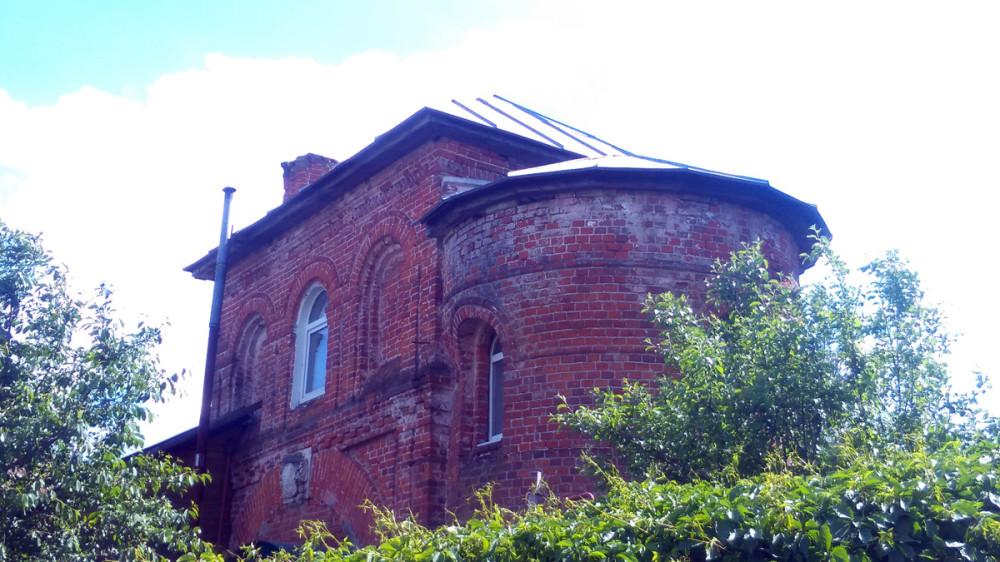 Башня с въездными воротами с гербом фамилии баронов Боде.