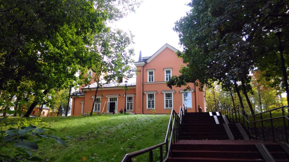 Но буквы я увидел потом. А сначала я поднимался по красной лестнице к Главному Дому усадьбы.