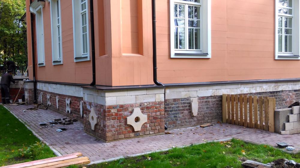 Работы по ремонту дома продолжаются, как снаружи.....