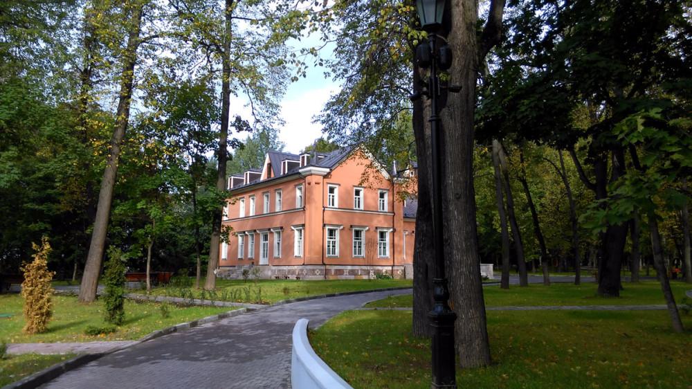 Особенно романтично дом смотрится среди деревьев парка. После окончания работ, здесь будет зал торжеств и музей.