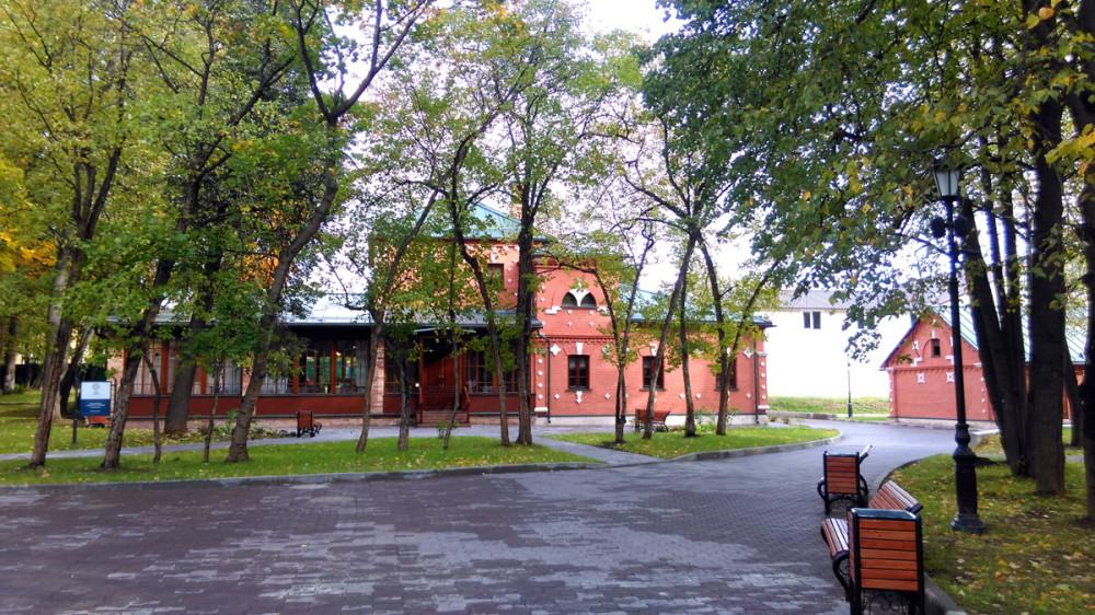Вид от площадки перед домом на северный флигель.