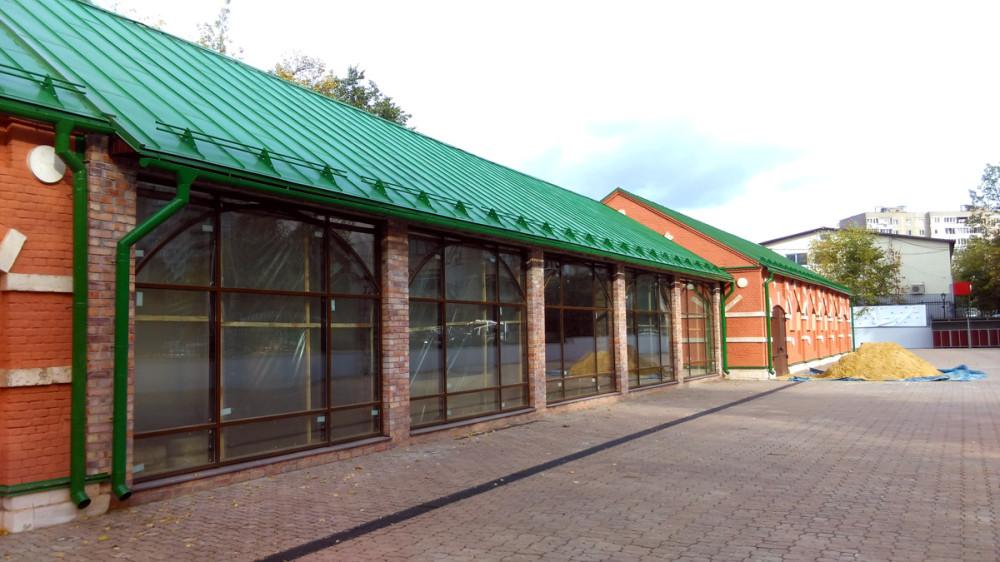 Павильон со стеклянными витринами соединяет южный и северный флигеля конюшни.