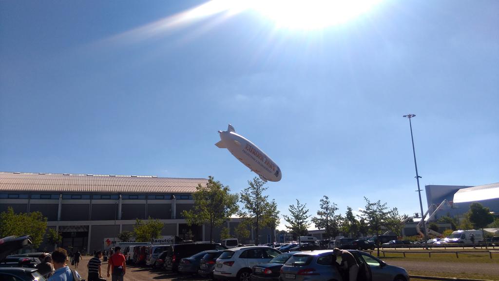 Ангары, где проходила выставка OutDoor Friedrichshafen, а справа эллинг Zeppelin.