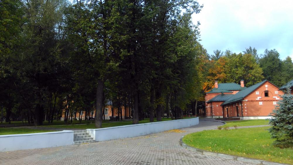 Парковая зона в плане имеет форму круга и приподнята относительно остальной части усадьбы. Так и было при одном из владельцев усадьбы.