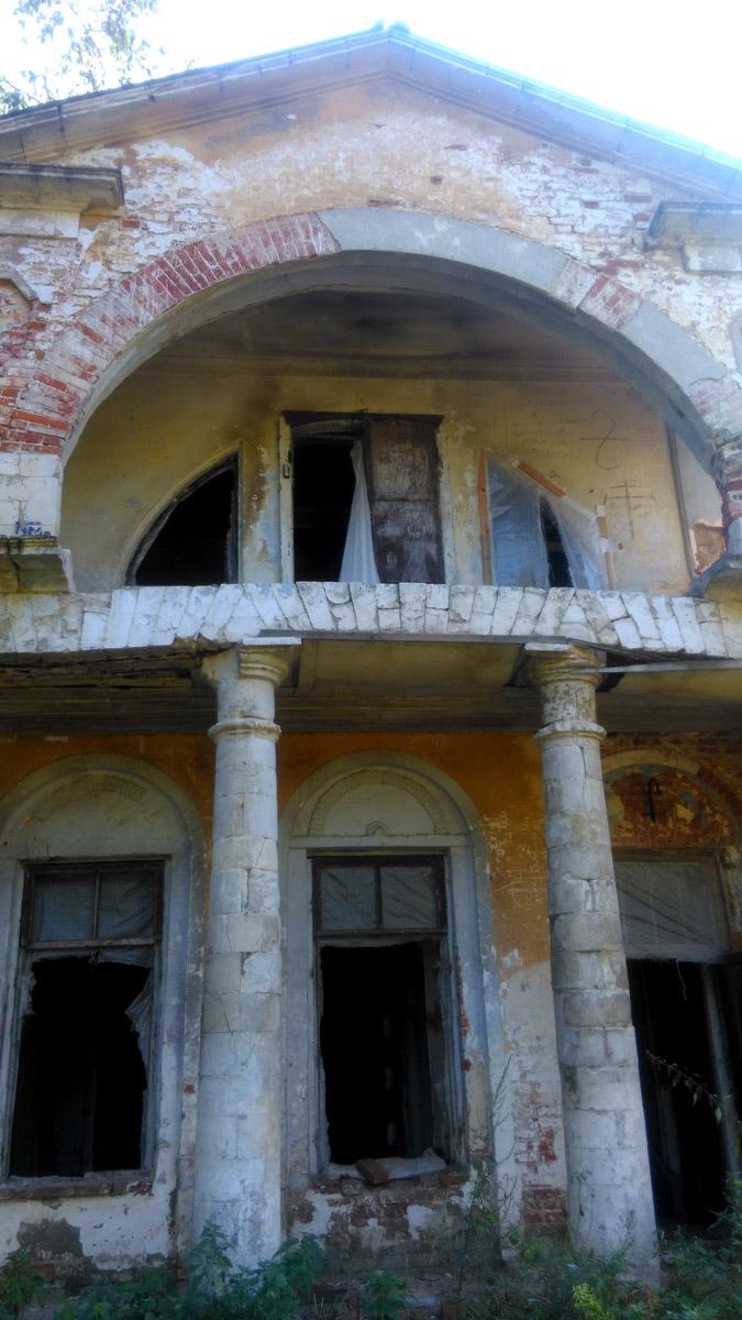 Увы, замки сломаны, окна выбиты, разрушение дома продолжается...