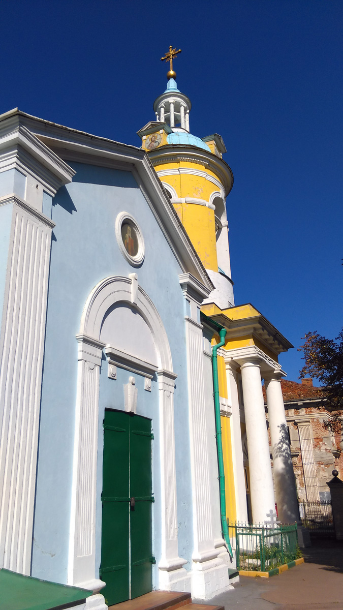 Церковь Покрова Пресвятой Богородицы. На заднем плане Церковь Петра, митрополита Московского, в Петровском-Княжищеве.