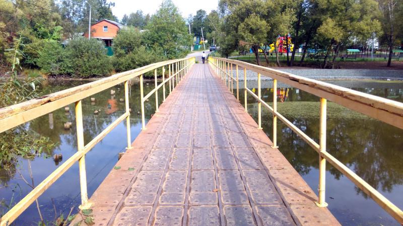 Пешеходный мостик явно военного происхождения через Нижний (старый) Крёкшинский пруд.