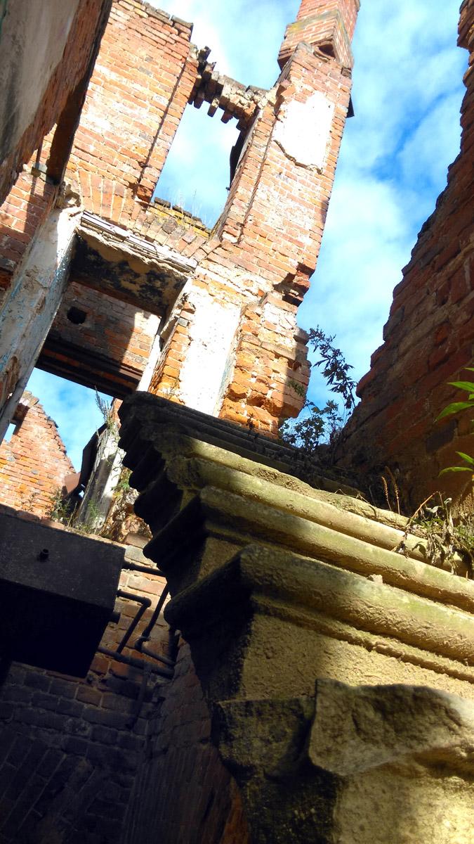 Еще одна лестница в небо (с). А на стене бак с трубами.