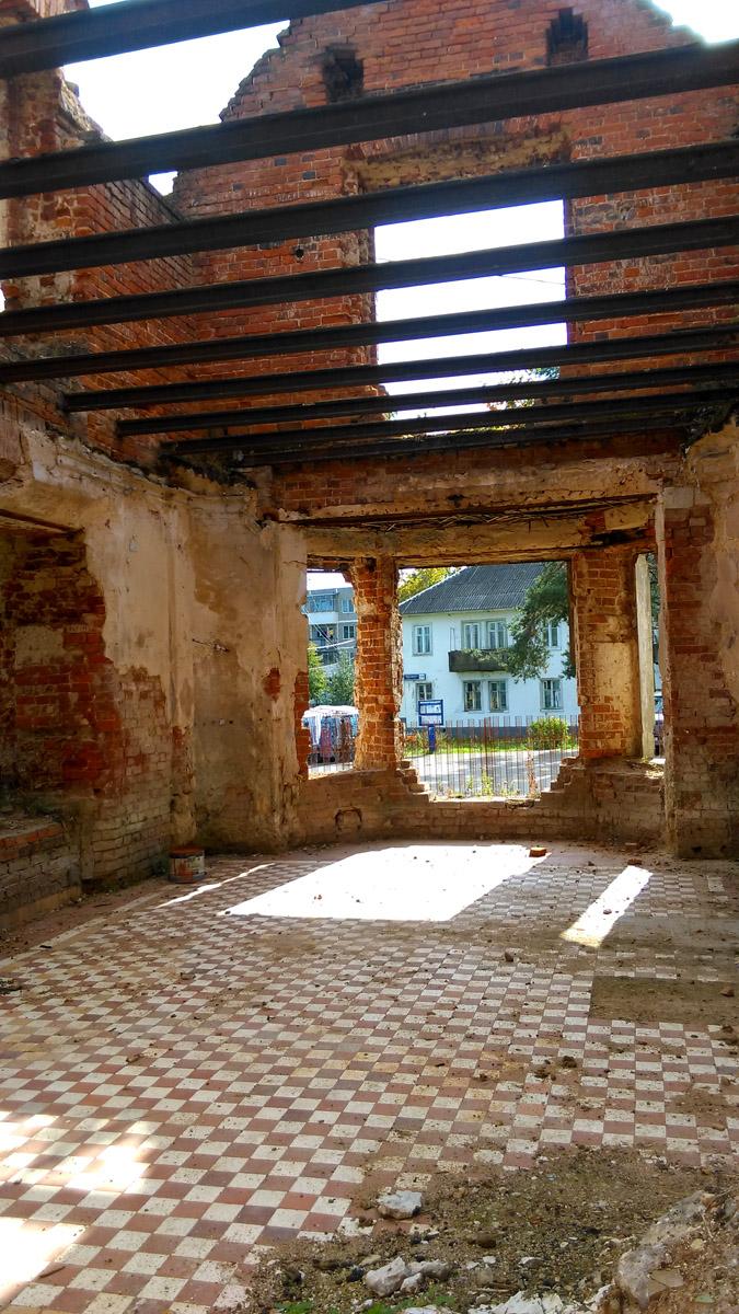 В верху полоски, в низу клеточка. Рельсы-балки меж этажных перекрытий. Раньше промежутки между балок были определенным образом заложены кирпичами.