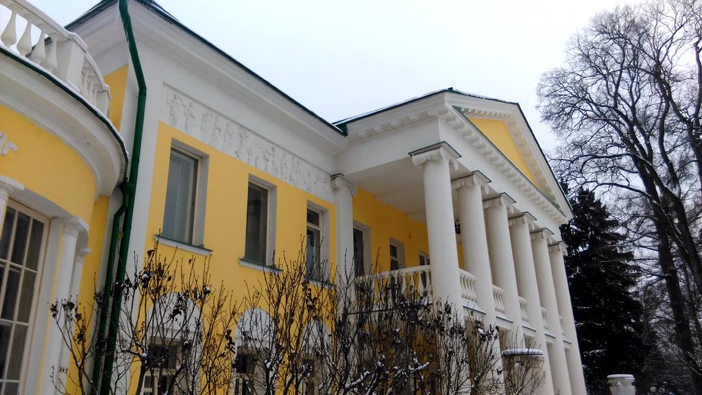 Главный дом усадьбы Горки Ленинские.