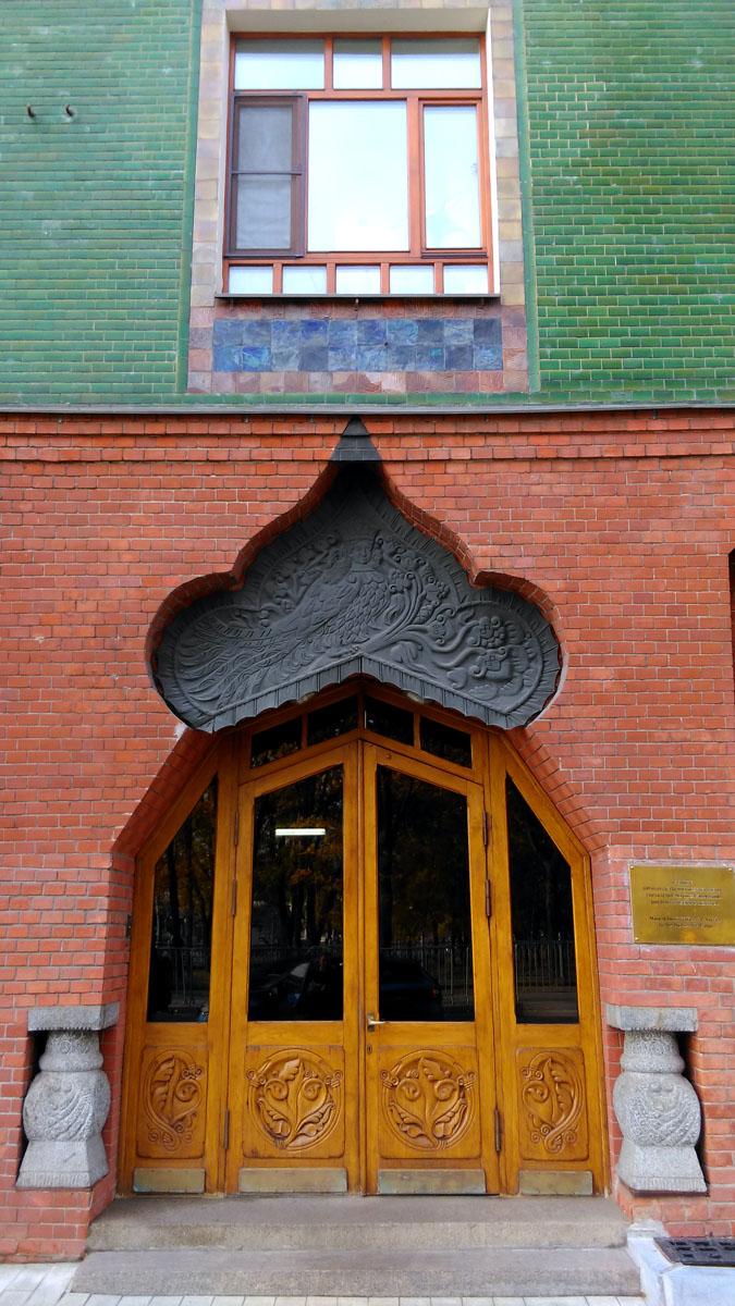 Двери подъездов выполнены одновременно и в едином стиле, но каждая индивидуальна.