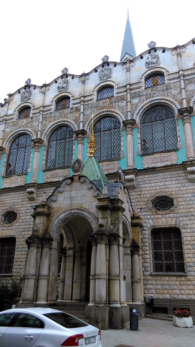 Фасад облицован гладким и алмазным рустом с декоративной резьбой. Русский стиль переплетается с итальянским барокко.