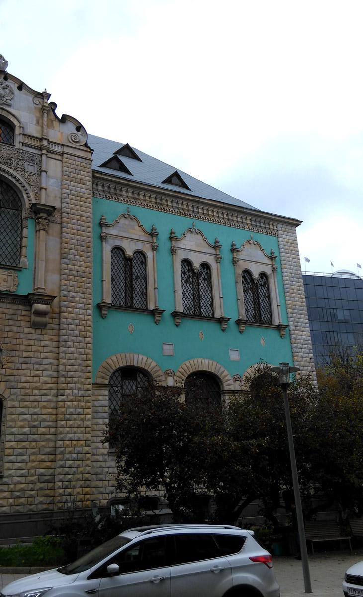 Лазурные стены правого крыла здания.
