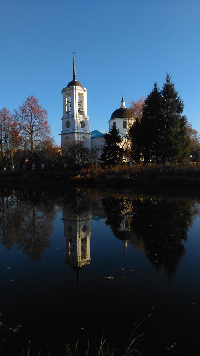 Повезло с погодой, синее без облаков небо. И белоснежная колокольня отражается в водной глади Буняковского пруда.