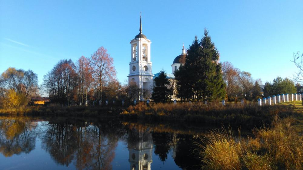 Несколько минут ходил вдоль пруда и фотографировал церковь с разных ракурсов....