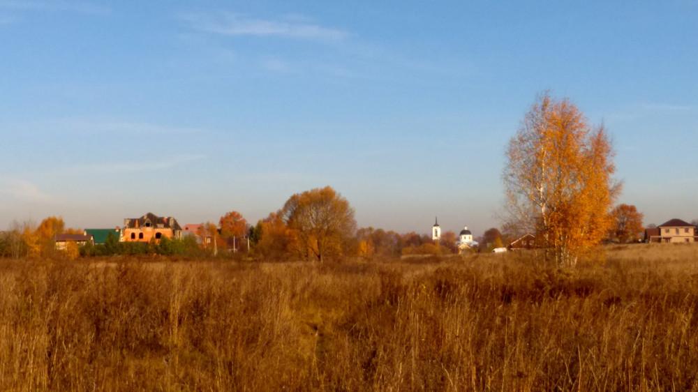 На краю села снова обернулся и сделал фото Храма и осенней природы.
