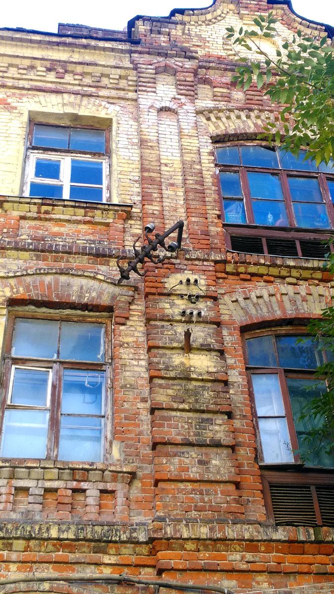 Трёхэтажный кирпичный жилой дом преимущественно с коммунальными квартирами. Построен в 1903 году. Часть жилого квартала ситценабивной фабрики. Здание имеет историческую и архитектурную ценность, было принято решение о проведении реставрации с отселением жильцов.