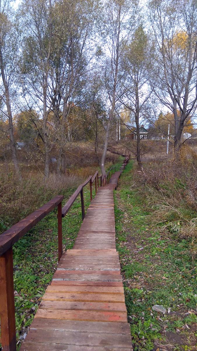 Через овраг проложен деревянный мост, соединяющий две части деревни.