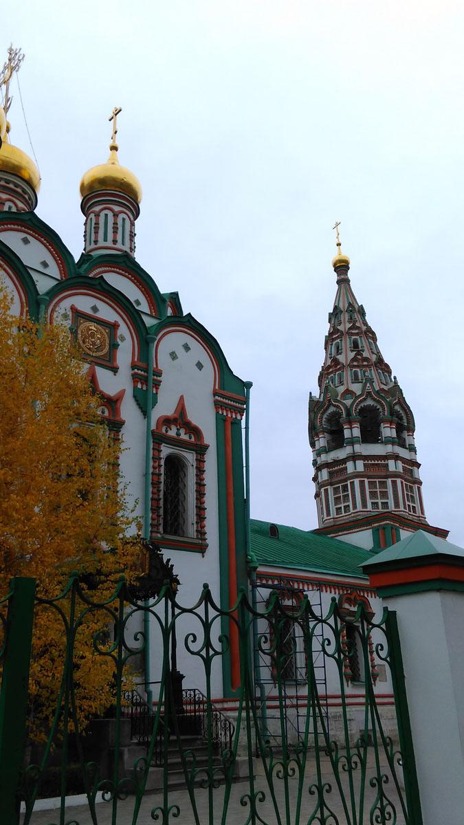Храм был построен в 1679—1682 гг. Трапезная с приделами и колокольней пристроены в 1694 г. Колокольня храма ныне является одной из самых высоких шатровых колоколен Москвы.