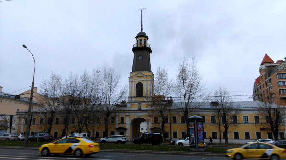 Памятник архитектуры «Хамовнический полицейский дом». И восстановленная пожарная каланча.