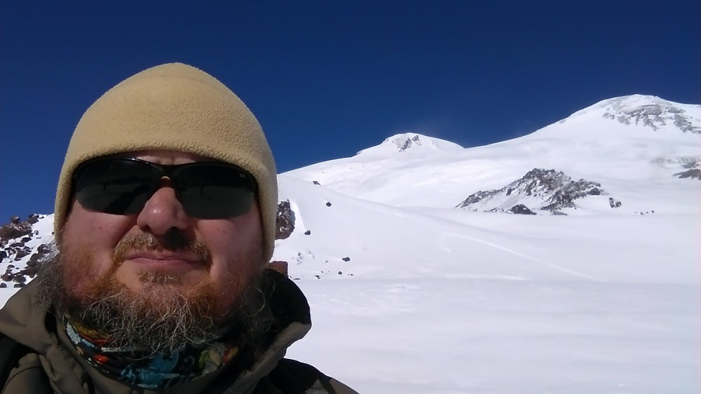 27 октября 2018. Эльбрус. Высочайшая вершина России и Европы. Высота 5642 метра. Скажу сразу, я не штурмовал его вершины. Для этого необходимо время на акклиматизацию, а у меня было всего два полных дня и три ночи. Не считая вечер приезда и утро отъезда. Эльбрус встретил меня благосклонно. Погода была великолепная! Удалось сделать множество красивых фотографий. Будет отдельный фотоотчет.