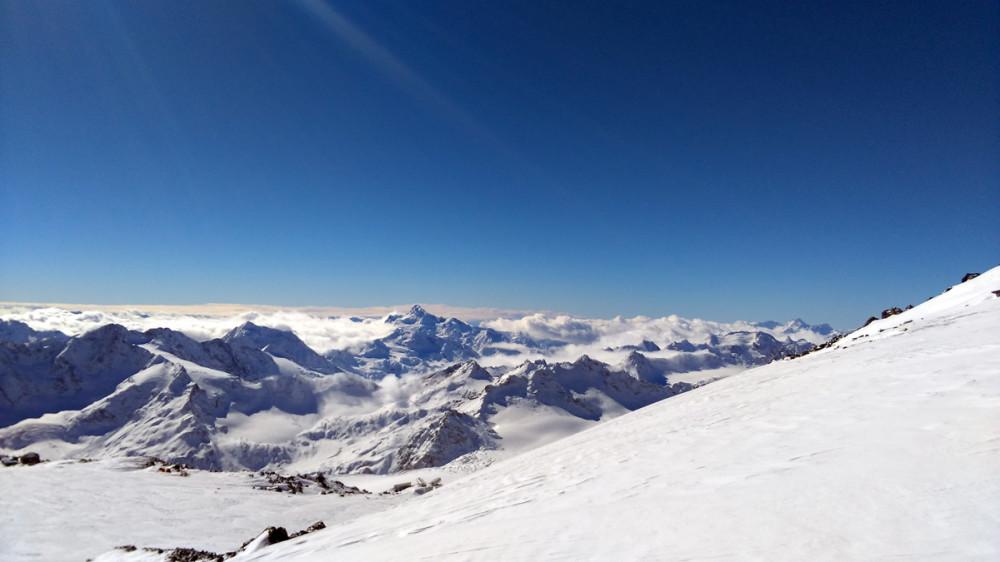 Вот оно заоблачное счастье! И это действительно так. Облака остались внизу. А я на высоте примерно 4100м. До этого я не был в горах так высоко и не знал, как отреагирует мой организм. Но все прекрасно. Никаких головных болей или тошноты. Только эйфория и восторг!