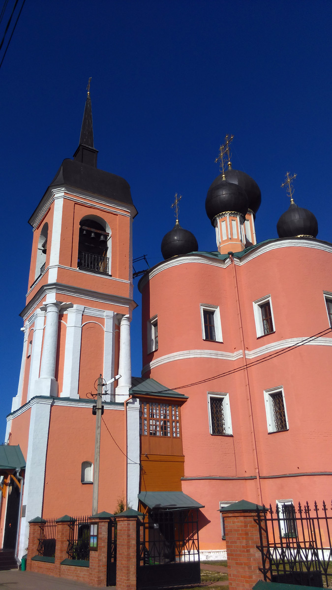 Первое впечатление... А он высокий! На это играют пропорции храма. А в 1783г. по инициативе С.М. Плохово был надстроен верхний ярус колокольни. Вот такая стройняшка.