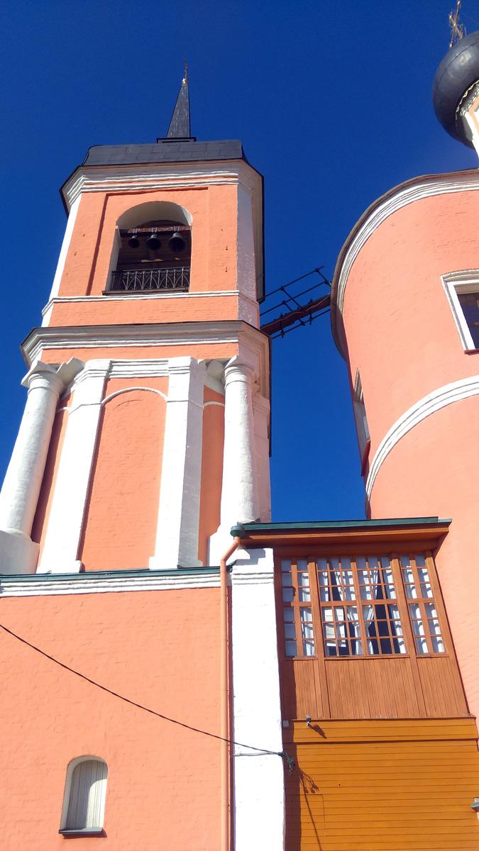 Интересный переход-терраса от храма к колокольне.
