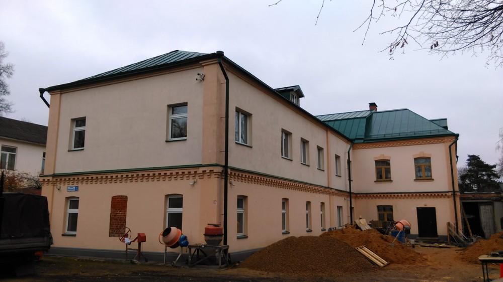 За территорией храма расположена Православная Свято-Георгиевская гимназия при Знаменской церкви.