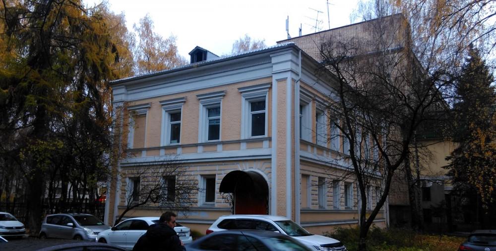 Южнее Волоколамского шоссе расположен бывший дом управляющего усадьбы Знаменское-Губайлово, 19 век.