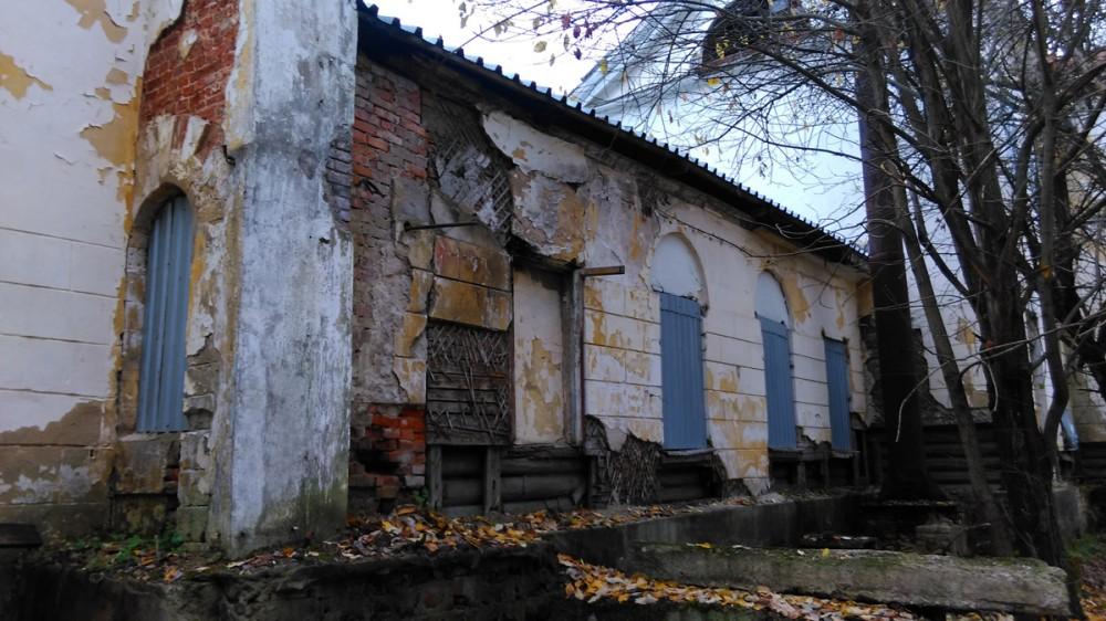 В низу стены так же видно, что дом построен из бревен.