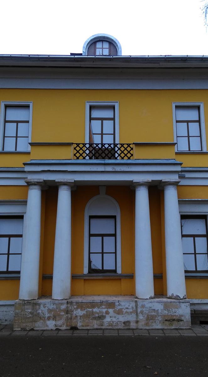 Также как и главный дом, флигель был построен в 1780-х годах одноэтажным. В конце XIX — начале XX века флигелю надстроили второй этаж. В ХХI веке нарисовали окна.