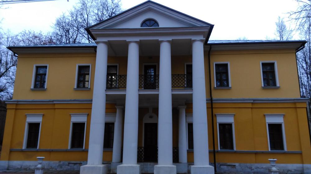 В советское время здание использовалось судебной системой. А в наше время, после того, как суд переместился в другое место, бомжи устроили пожар. Сохранились только колонны и стены.