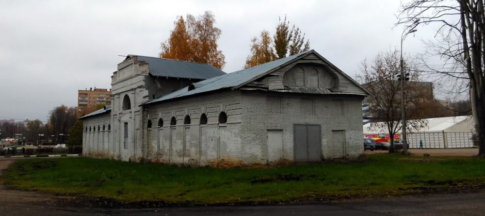 Здание конюшни усадьбы Знаменское-Губайлово. Не знаю, какого цвета изначально было здание, но сейчас окрашено в какой-то невзрачный серый оттенок.