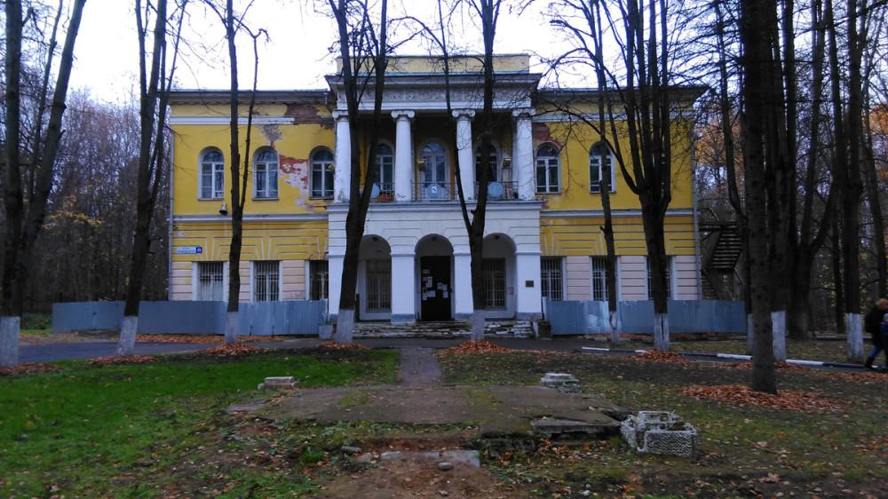 Главный дом усадьбы Знаменское-Губайлово. Перед ним остатки памятника Владимиру Ильичу Ленину.