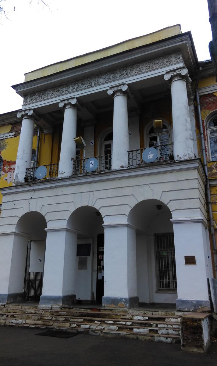 Главный дом на сводчатом подвале построен одноэтажным в 1780-х годах, надстроен и реконструирован в стиле неоампир в начале ХХ века. При этом классицистическая основа дома сохранена.