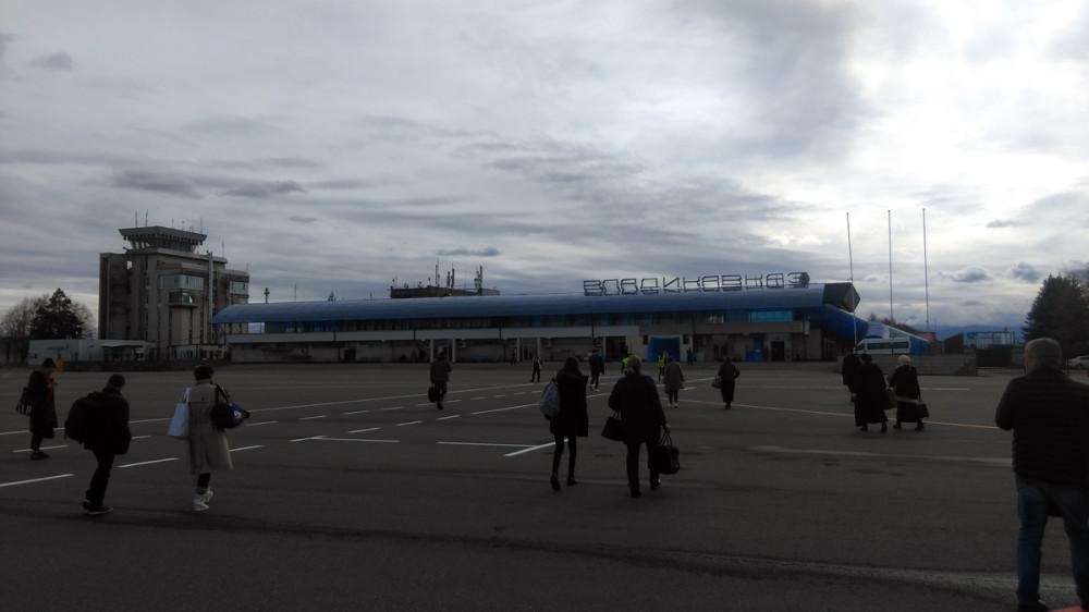 После громадных московских аэропортов, это здание напоминает скорее автовокзал какого-нибудь подмосковного города. Небо пасмурное. Но солнышко проглядывает и вселяет надежду на хорошую погоду.