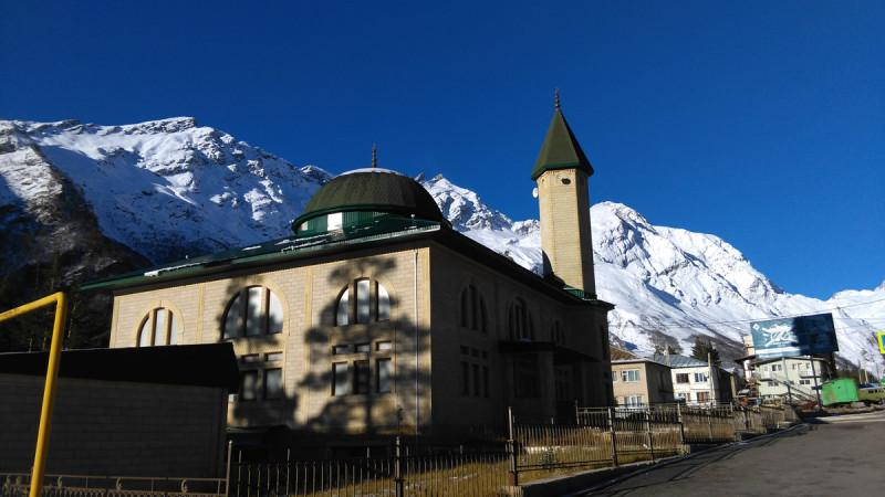 Утро субботы. Легкий морозец. И теплое солнце. Мечеть в поселке Терскол. Напротив через дорогу начинается тропа к водопаду Девичьи Косы. Но это завтра, а пока продолжаем путь в сторону поляны Азау.