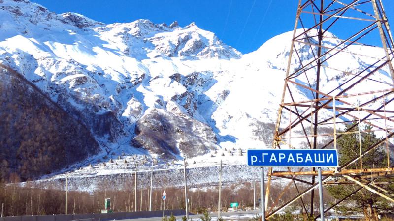 Частокол на склоне горы из 9-метровых пирамид, это противолавинные укрепления.