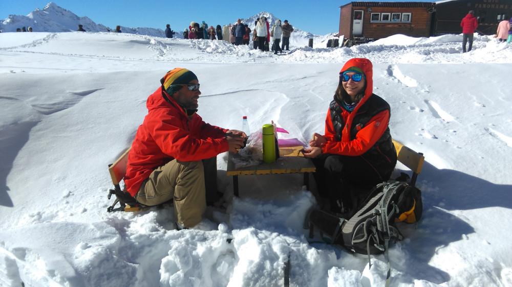 Здесь уже можно и нужно задержаться. Как эта позитивная пара, устроившая завтрак на снегу.