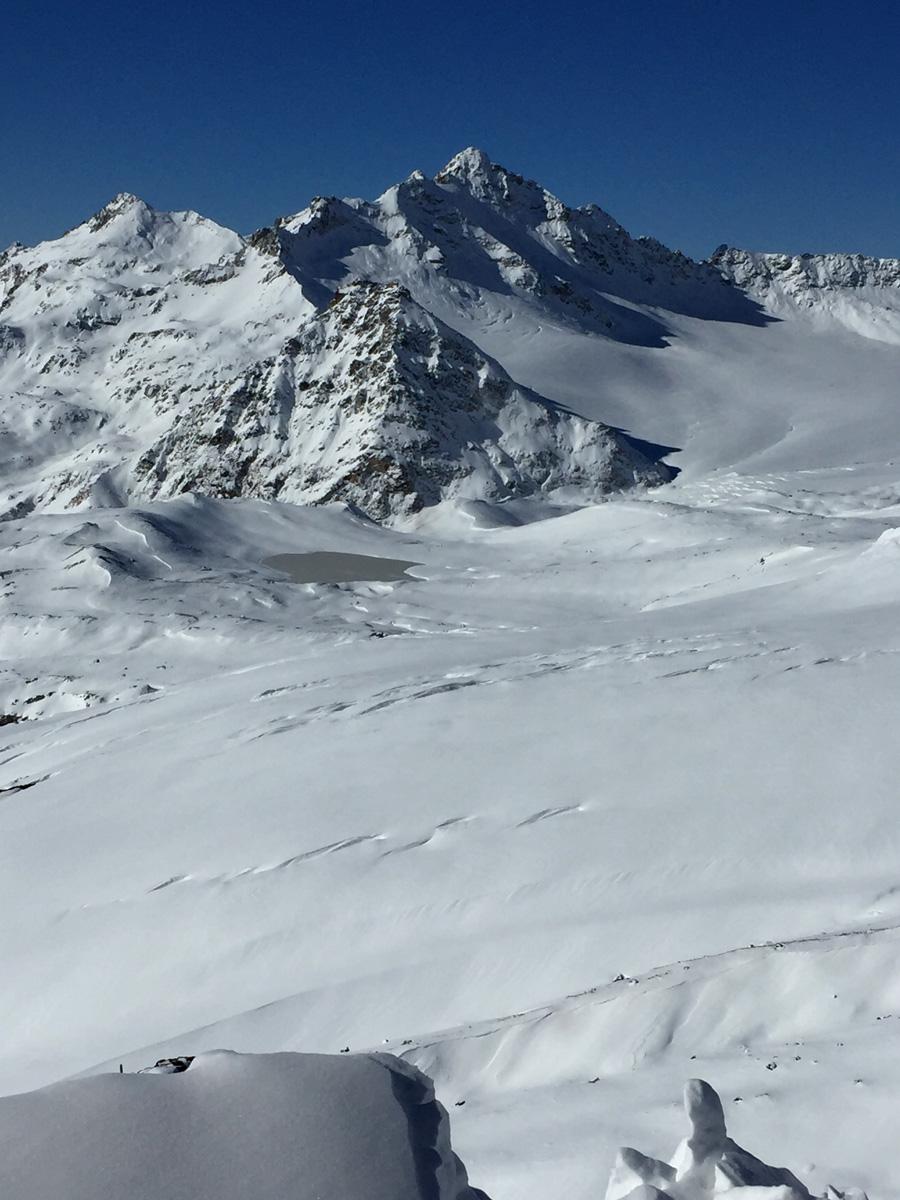 За ледником видно озеро Азау или Эльбрусское озеро.