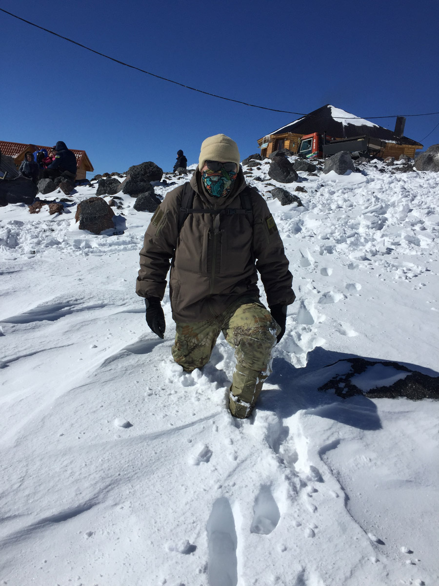 Надо походить по округе. Снег плотный от ветра, но где не натоптано-накатано, ноги под моим весом проваливаются. Хорошо, что надел гамаши. И тепло и снег не забивается в ботинки.